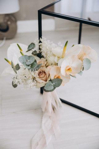 Heller Brautstrauß mit Anthurien und Orchideen