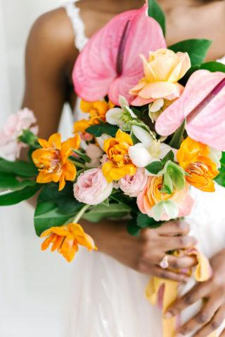 Sommerlicher Brautstrauß in Orange und Pink