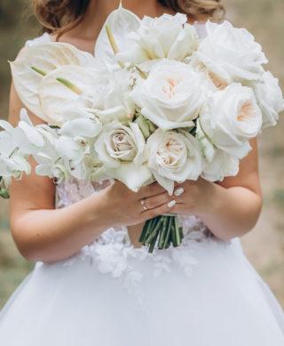 Brautstrauß in Weiß mit Rosen und Anthurien