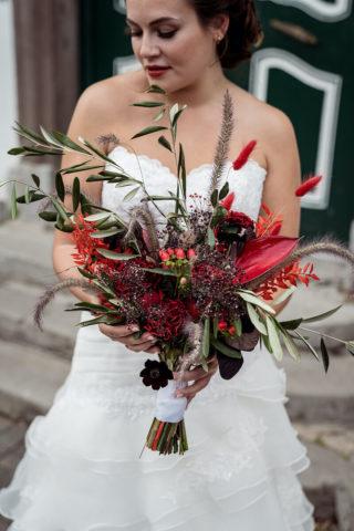 Roter Brautstrauß mit schwarzen Akzenten