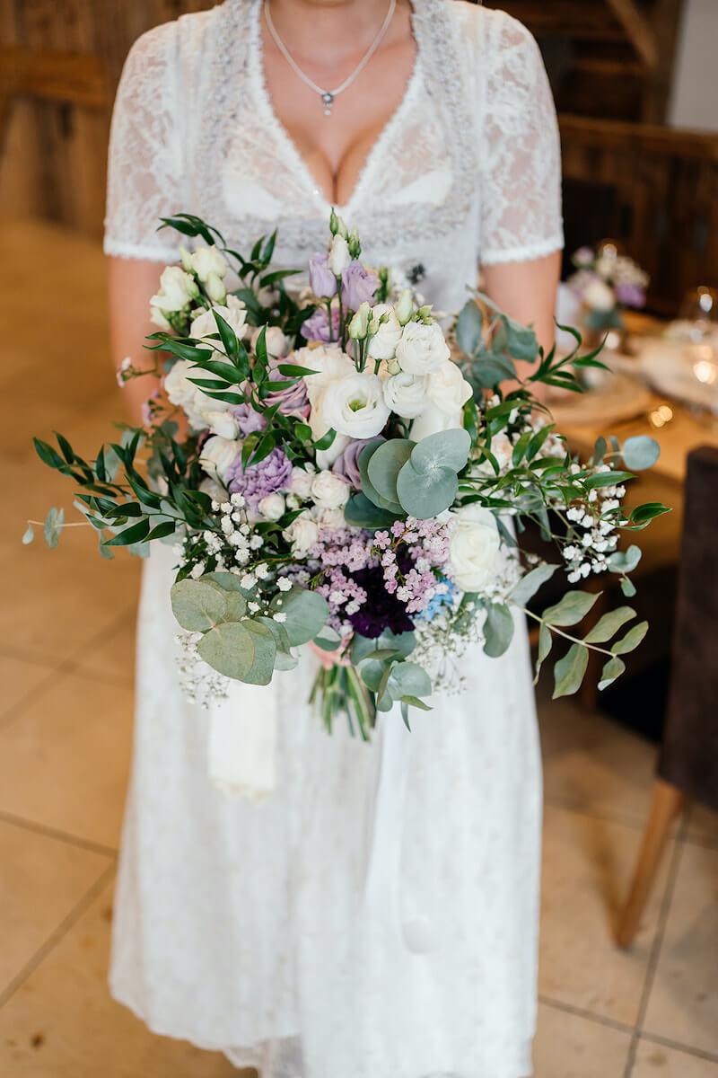 rustikaler Brautstrauß in Weiß und Lila