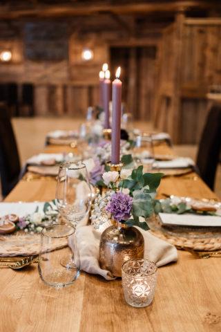 Elegante Tischdeko in Lila
