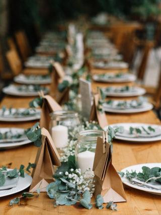 Tischdeko mit Eukalyptus und Schleierkraut