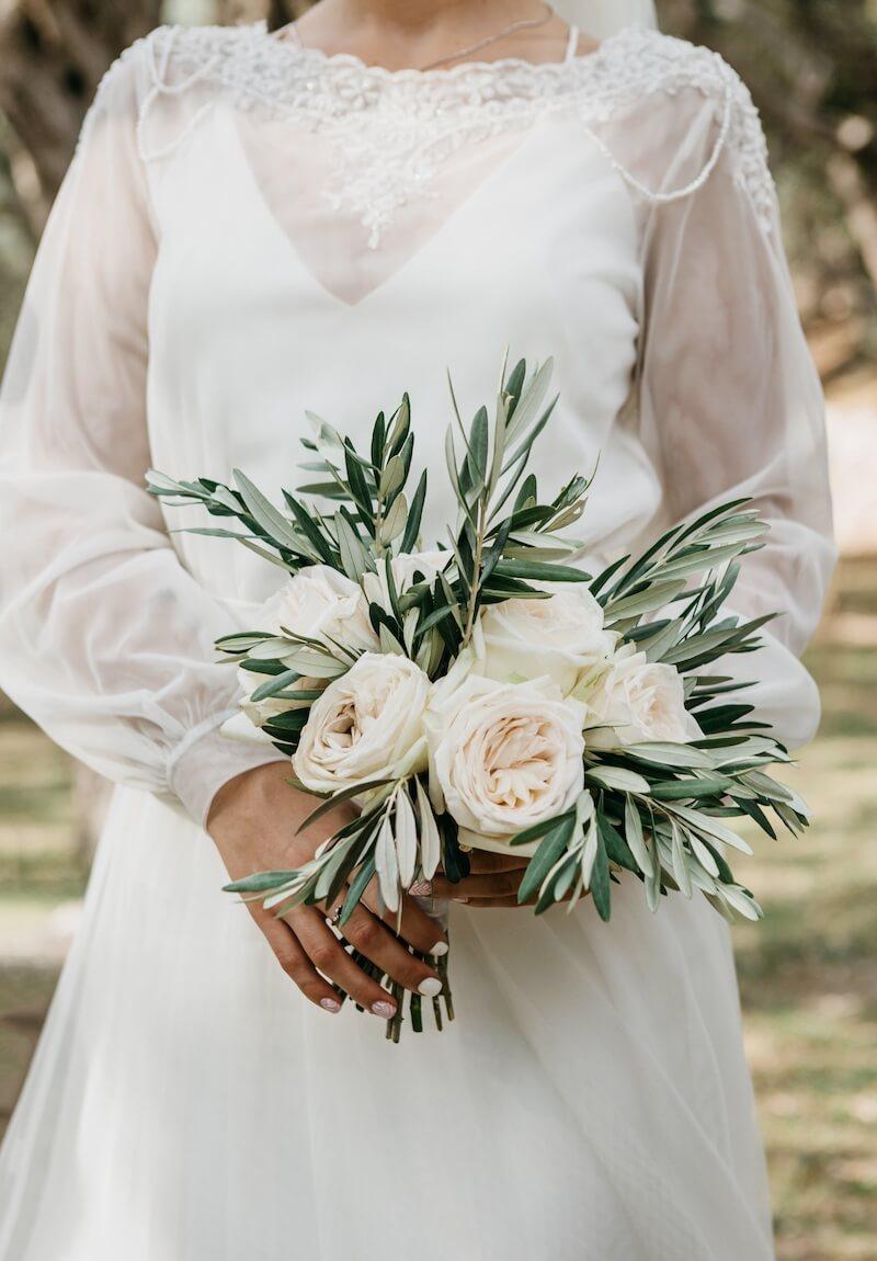 Brautstrauß in weiß mit Olivenblätter
