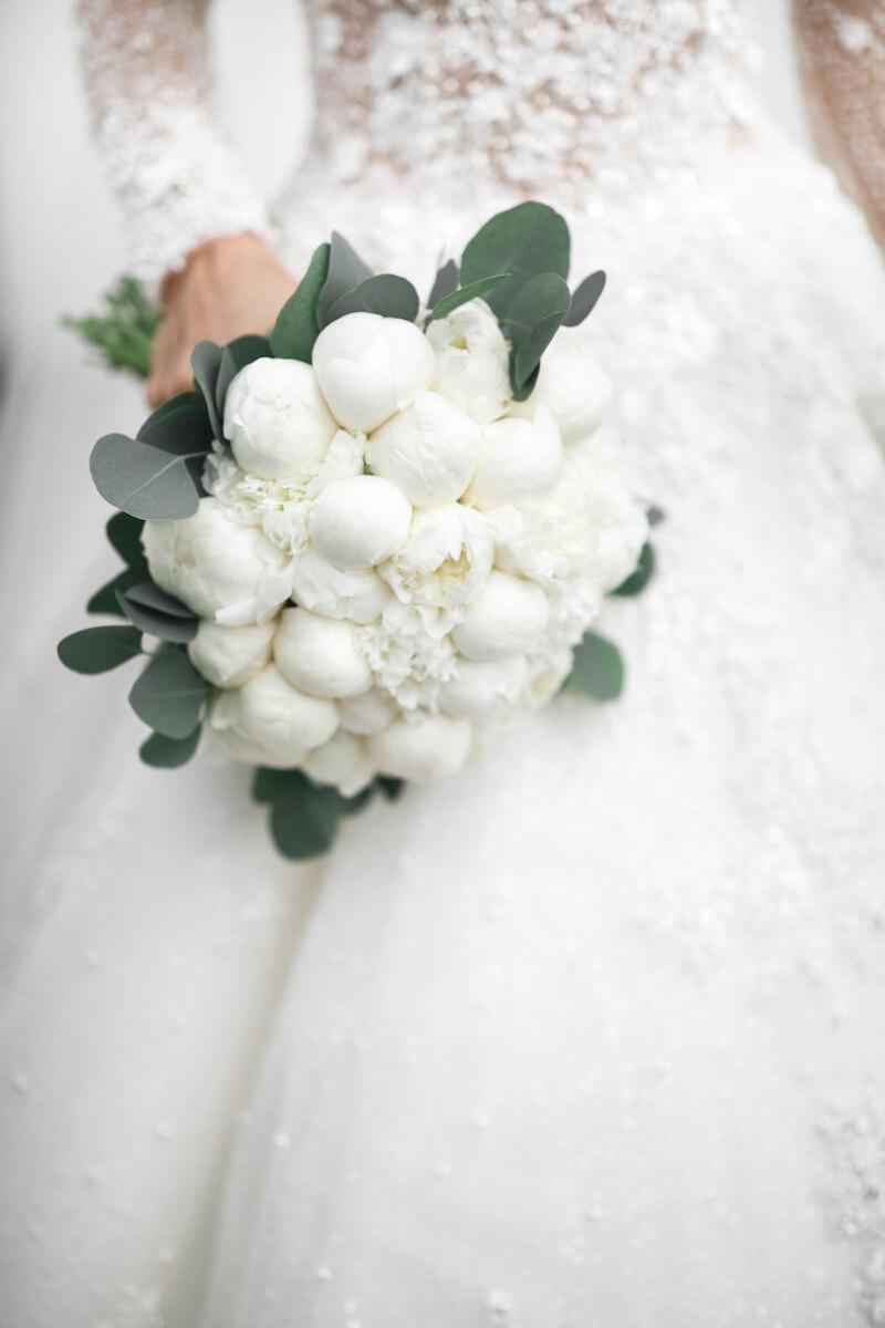 Brautstrauß mit weißen Pfingstrosen