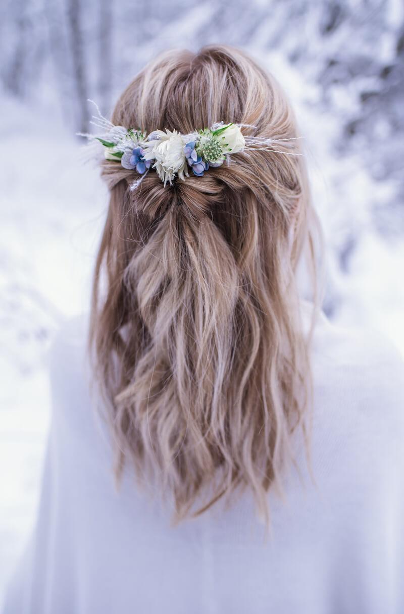 Brautfrisur halboffen mit Haarblumen