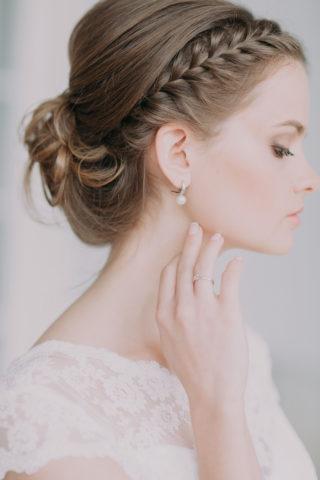 Brautfrisur hochgesteckt mit geflochtenen Elementen