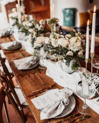 elegante Tischdeko in Weiß und Grün