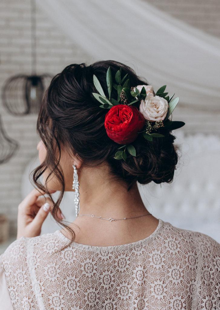 Brautfrisur hochgesteckt rot und weiß