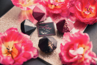 Edgy meets Pink: Rockige Hochzeit - Gastgeschenk Schokolade als Diamant