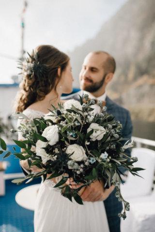 Hochzeit auf einem Schiff - glückliches Brautpaar