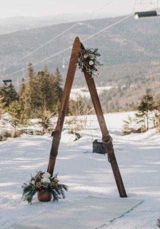 Hochzeit in den Bergen: Traubogen aus alten Skiern