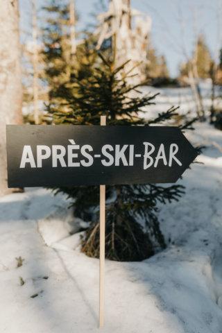 Hochzeit in den Bergen: Schild zur Après Ski Bar
