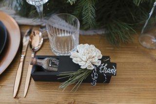 Hochzeit in den Bergen: Gastgeschenke mit Latschenkiefer und weißen Rosen