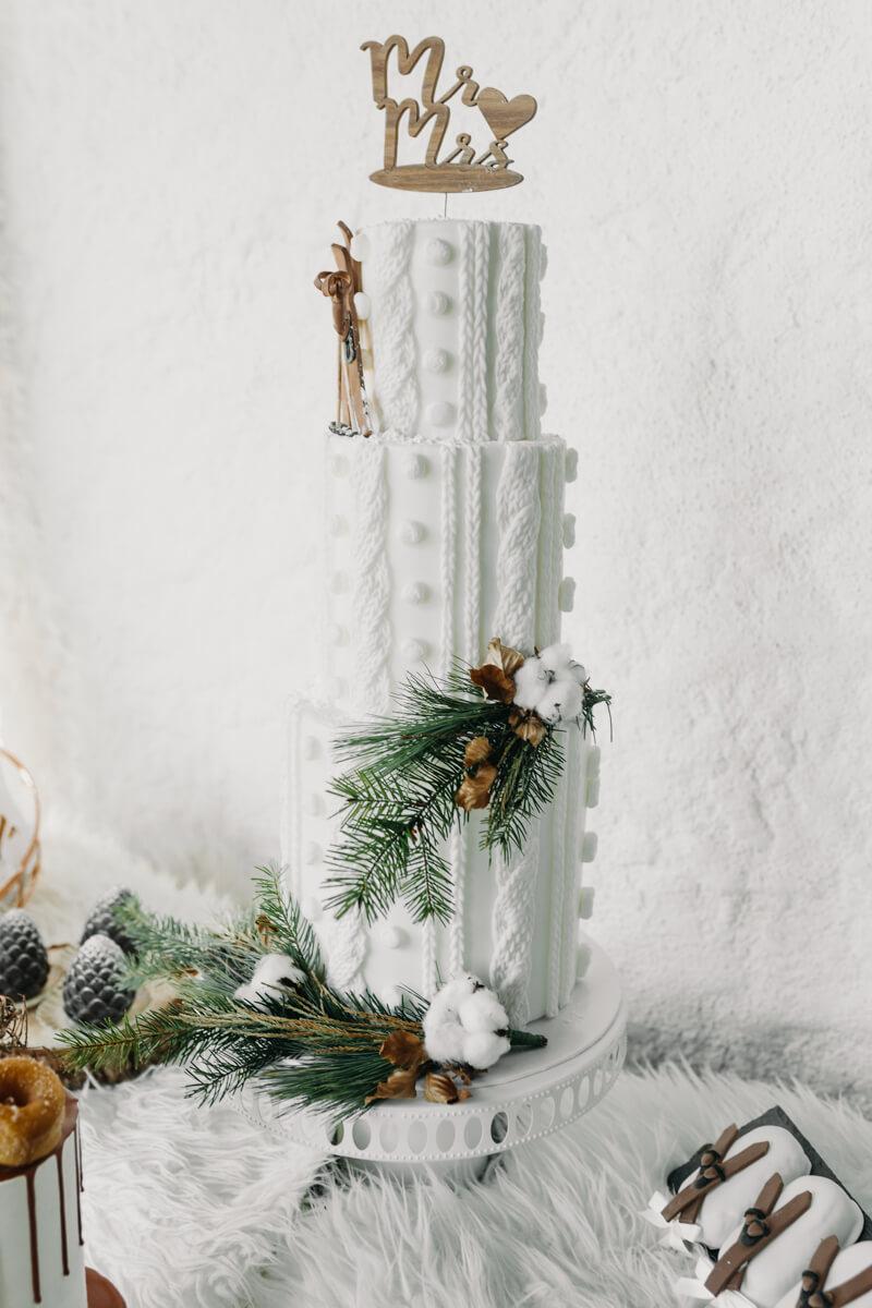 Hochzeit in den Bergen: Winterliche Hochzeitstorte in Strick-Optik