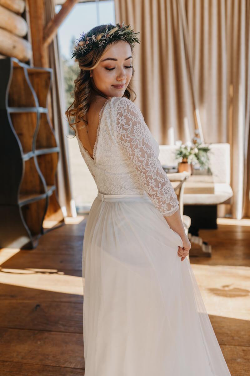 Hochzeit in den Bergen: Winterbraut mit rustikalem Blumenkranz
