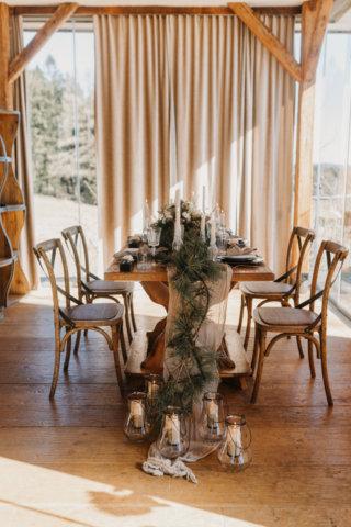 Hochzeit in den Bergen: Rustikale Tischdeko aus Latschenkiefer