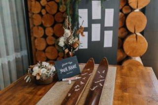 Hochzeit in den Bergen: Alte Skier als Gästebuch
