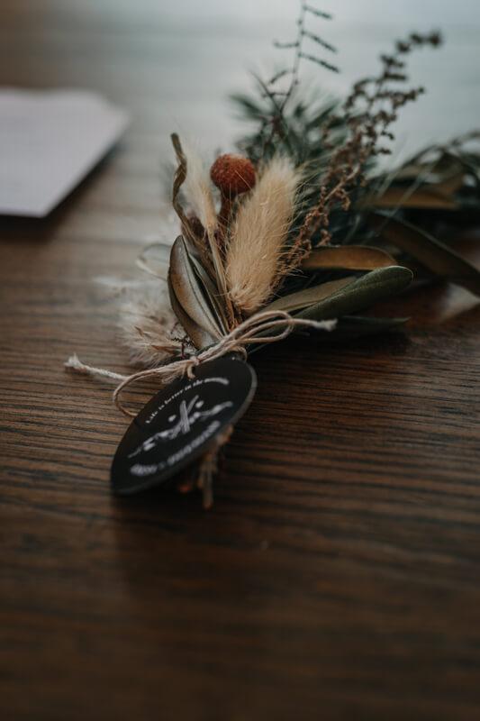 Hochzeit in den Bergen: Rustikaler Anstecker mit Latschen