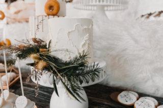 Hochzeit in den Bergen: Winterlicher Sweet Table dekoriert mit Latschenkiefer
