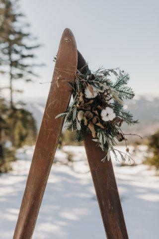 Hochzeit in den Bergen: Als Traubogen dienen alten Skier