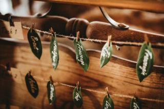 Rustikale Märchenhochzeit - Sitzplan aus echten Blättern