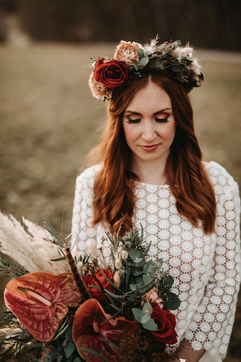 Rustikale Märchenhochzeit - Brautstyling Tannengrün