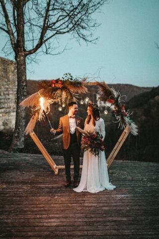 Rustikale Märchenhochzeit - Brautpaar mit Fackel