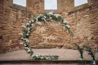 Highland-Hochzeit - Traubogen mit Neon-Schild