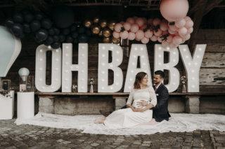 Hochzeit mit Baby-Gender-Reveal-Party - Leuchtbuchstaben