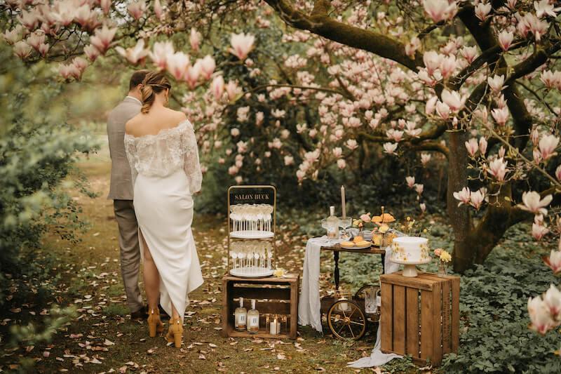 Lollipop-Glamour zur Hochzeit - Brautpaar mit Candy Bar