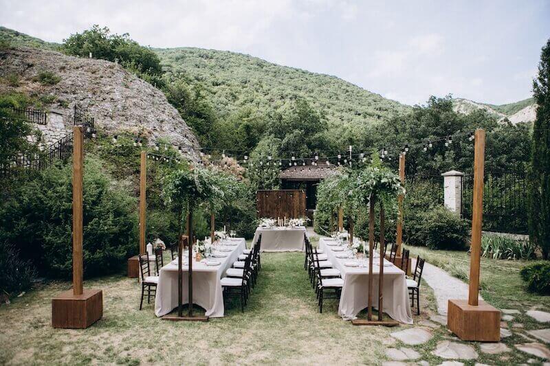 Sitzplätze für eine Gartenhochzeit