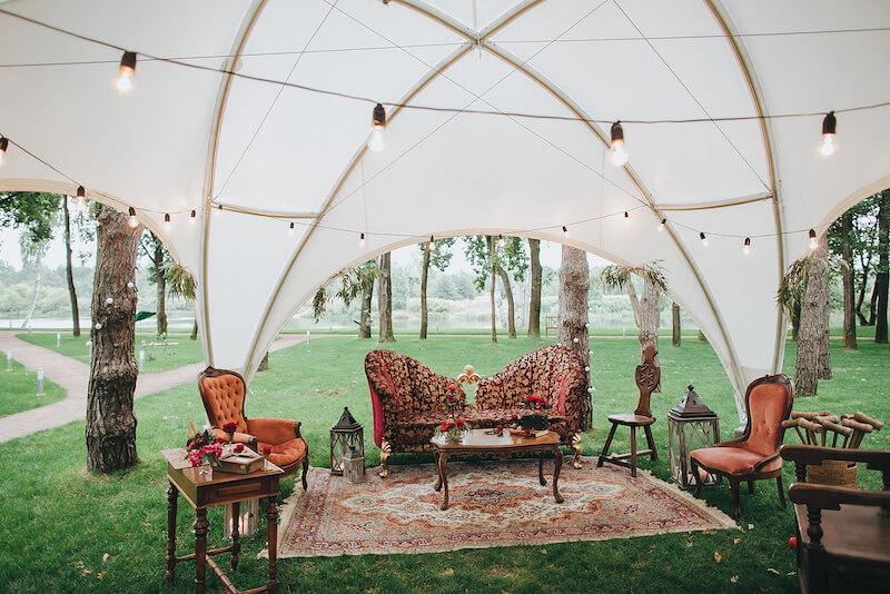 Hochzeitslounge für eine Gartenhochzeit