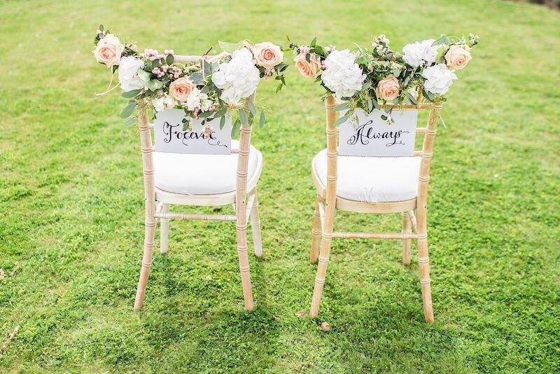 Brautstühle für eine Gartenhochzeit