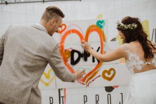 Brautpaar sprayt Liebesbotschaft