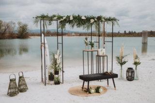 Strandhochzeit am See - Traubogen mit Palmblättern