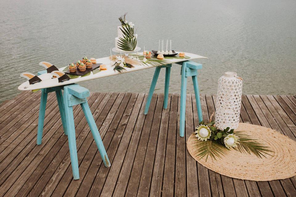 Strandhochzeit am See - Surfbrett als Sweet Table