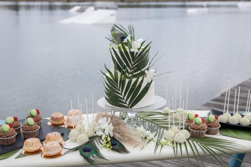 Strandhochzeit am See - Tropische Hochzeitstorte