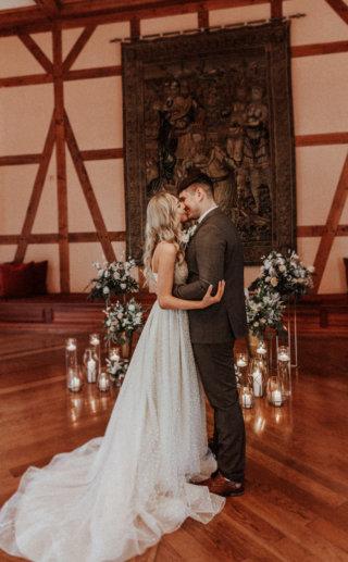 Ein Wandteppich als Hochzeitsbogen