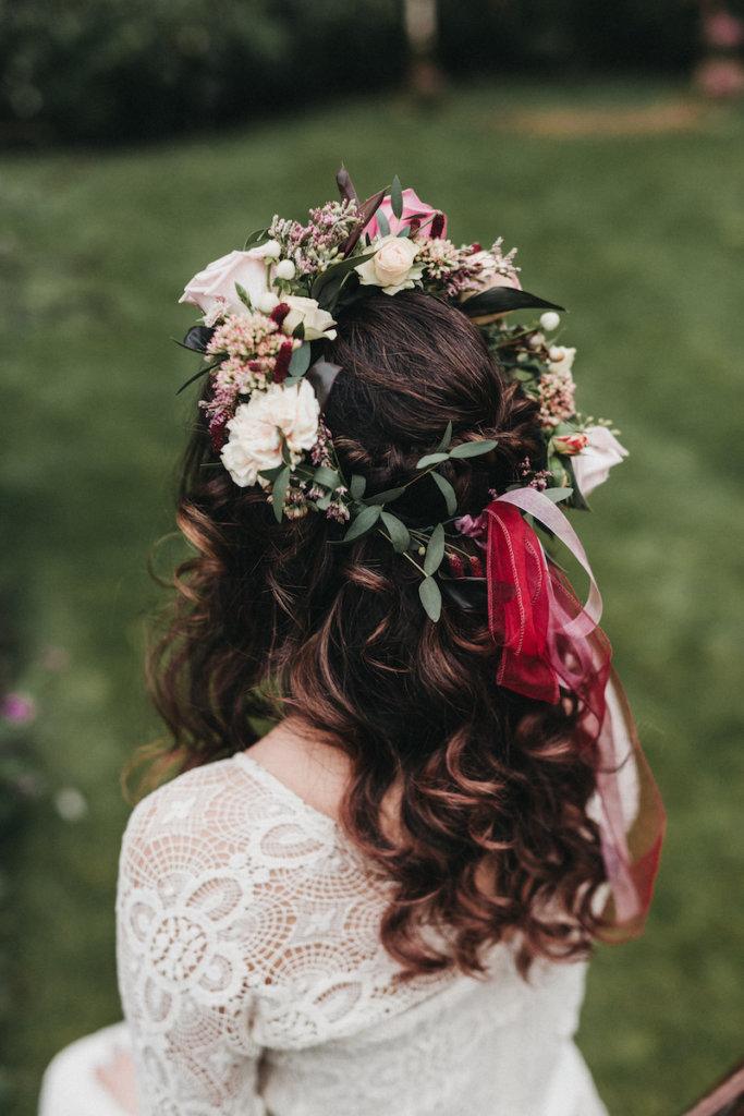 Brautstyling in Tracht - Blumenkranz im Haar