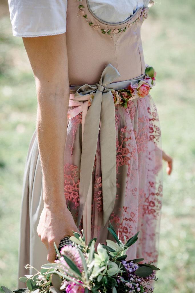 Brautstyling in Tracht - Spitzenschürze