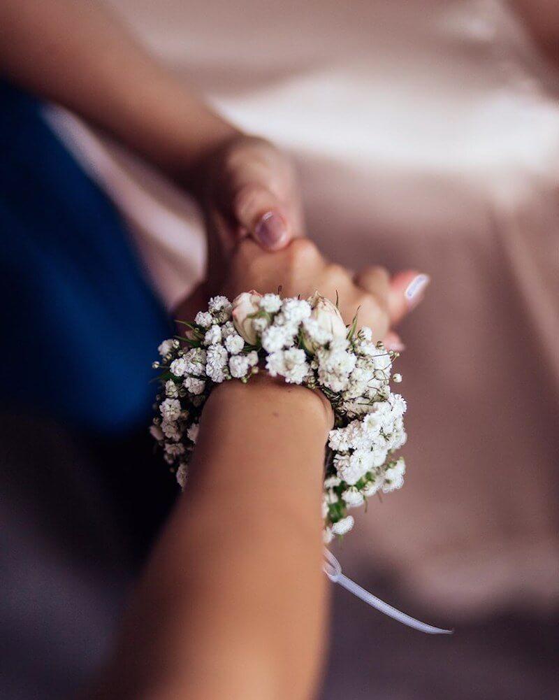 Brautstyling in Tracht - Armschmuck aus Blumen