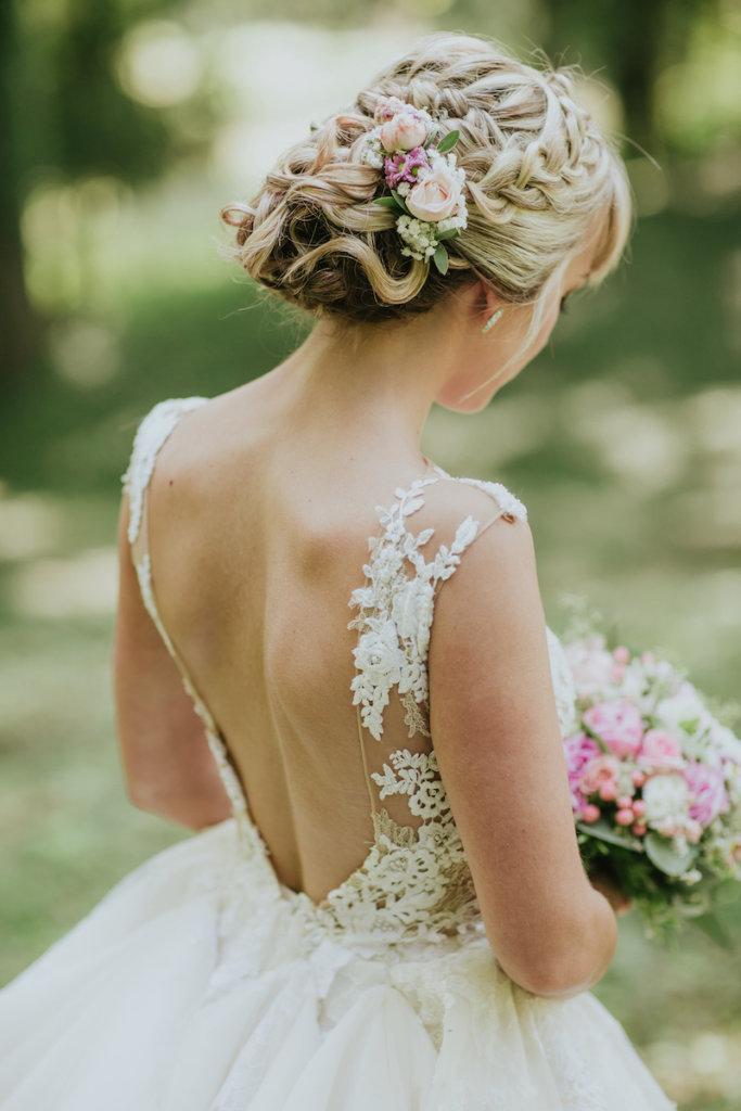 Brautstyling in Tracht - Flechtfrisur mit Blumen